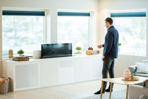 (bilde 04a) SKJENK: Den hvite skjenken skjuler et solid surroundanlegg og en TV. Foto: Vegard Wivestad Grøtt / NTB scanpix  FOTO: Grøtt, Vegard Wivestad / NTB scanpix