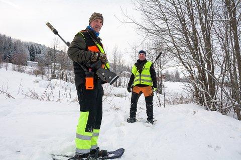 ETTERSØKSGRUPPA: Gunnar Stensby (t.v.) leder ettersøksgruppa. Tirsdag morgen var han og Rune Rydgren på oppdrag ved Melåen på Øst-Modum etter en elgpåkjørsel kvelden før.