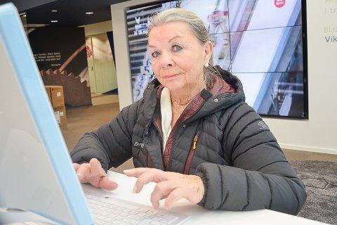 DIGITAL: Greta Øen (75) fra Vikersund bruker nettbank, men kun i bankens lokaler. - Det er kjekt å være her hvis det skulle oppstå problemer, mener hun