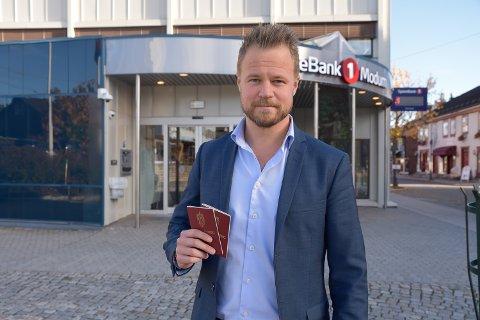 ID-SIKKERHET: – Rundt 9.000 kunder som har fått utstedt BankID må komme inn i banken for å vise pass som legitimasjon, sier Lars Arnecke Hovland, banksjef for kunderettet virksomhet i Sparebank1 Modum.