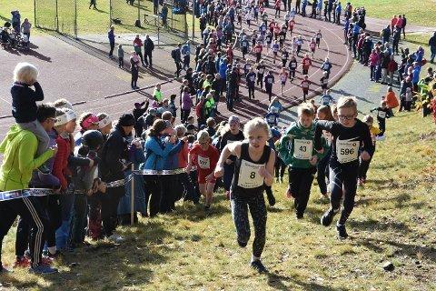 SKOLEKAMPEN ER POPULÆR: Det er påmeldt 750 unge løpere på 1,5 kilometeren, hvor det også er innlagt skolekamp for skolene i Midtfylket. Dette bildet er hentet fra løpet i fjor.