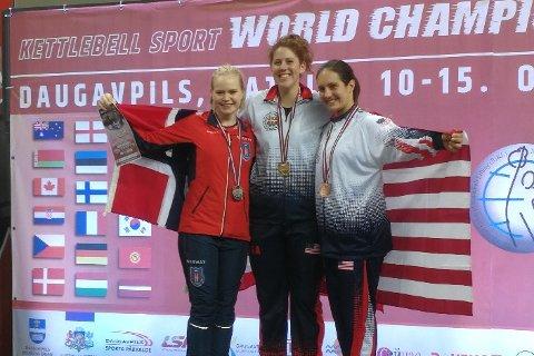 VM-SØLV: Benedicte Skjøren Huset(t.v.) vant sølv i VM i øvelsen long cycle. Gullet gikk til Jordan Tyjeski fra USA, mens Sarah Fornero, også fra USA, tok bronse.