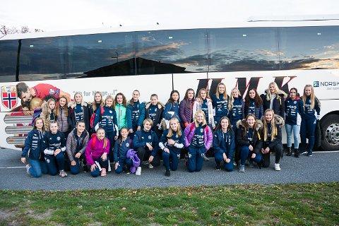 LANDSLAGSBUSS: J14 og J16 fra MFK ble hentet i landslagsbussen på Åmot stadion tirsdag ettermiddag.