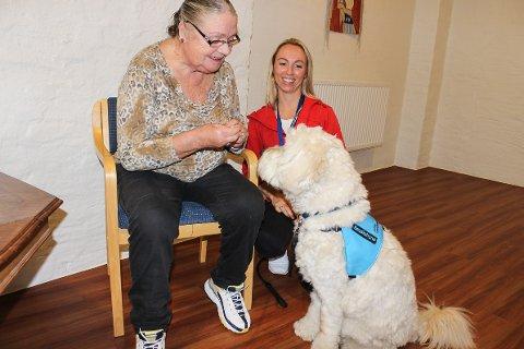 GLEDESSPREDER: Pasient Stephi Zissis fra Nakkerud (f.v) har alltid hatt hund og dyr, og blir glad når Monsen og Ingrid Thornes Eken kommer.
