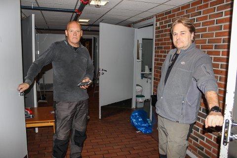 TOMME GANGER: Driftsoperatør Tom Gunnar Børrsen (f.v) og daglig leder Skjalg Sundby rydder og tømmer lokalene.
