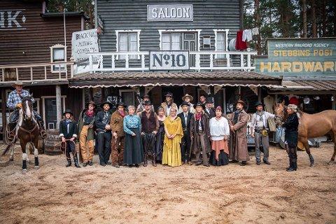 STATISTER: Alle aktørene i reklamefilmen i lånte kostymer fra Deadwood City Westernklubb. reklamefilminnspilling