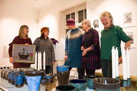 ÅPNER TORSDAG: Mandag rigget kunstnere og kunstforeningens folk til den årlige juleustillingen, som åpner i kveld. Kristin Eidem (f.v.), Merethe Hillestrøm, Signe Botnan, Turid Arnesen og Une B. Altern