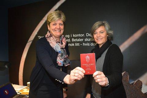 MANGLER 2700 PASS: Gry Sandberg Aspelien (t.v.) og Anne Leversby i Sparebank 1 Modum mangler forsatt passinfo fra 2700 kunder. Fristen er fredag 30. november.