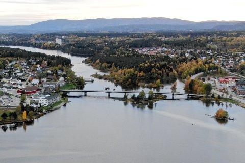 MODUM: Dronebilde over Vikersund bru, Tangen, Tyrifjorden, Drammenselva og Bergsjø.