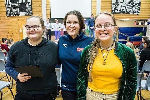 Hannah Margrethe Davies og og Ingeborg Nævra Hellerud er kveldens programledere. Her sammen med miljøarbeider Silje Saastad (i midten).