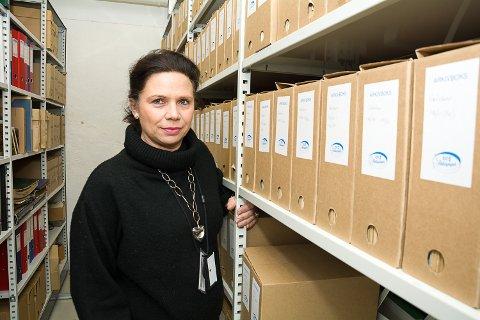 UØNSKET: Helle Skuterud forteller at skjeggkre ble observert i arkivet på rådhuset for første gang i februar 2017. – Det myldrer ikke her nede, men vi har funn, og det tar vi alvorlig, sier hun.