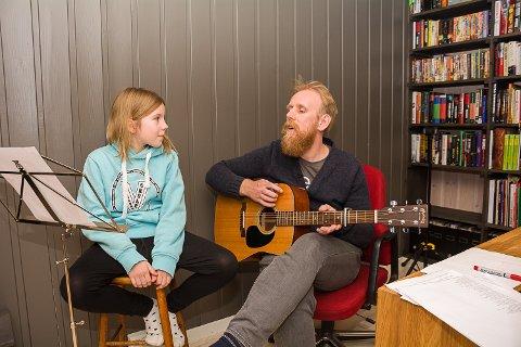 MED PAPPA: Bea får god støtte av pappa Trond, som er musiker.