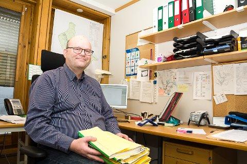 NY LEDER: Reidar Jakobsen, ny leder for byggesaksavdelingen i Modum, konstaterer at papirbunkene ikke vokser dem over hodet - de er nemlig ajour.