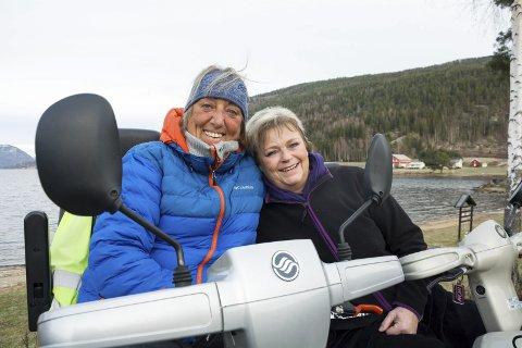 FART OG SPENNING: Eli og Hanne har alltid likt fart, spenning og moro. Tidligere kappkjørte de ned alpinløypene, nå er det klare for et lite rally med de motoriserte rullestolene sine.
