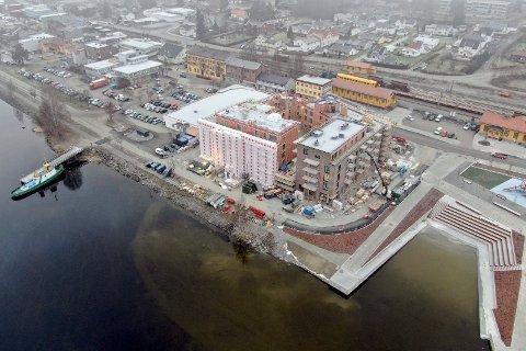 SNART KLART: Byggearbeidene på Fjordbyen Atrium pågår fremdeles, men man ser allerede tydelig hvor Strandpromenaden vil gå, og svinge forbi bygget om et drøyt halvår.