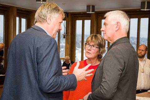 I SAMTALE: Jon Hovland (H) i samtale med Tone Angeltveit (Ap) og ordfører Ståle Versland under budsjettmøtet fredag.