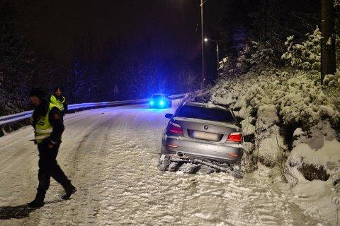 KJØRTE I GRØFTA: Politiet hadde det travelt etter at snøen begynte å falle torsdag kveld. Omlag 30 trafikkuhell ble registrert i tidsrommet 20.00 til 02.00.