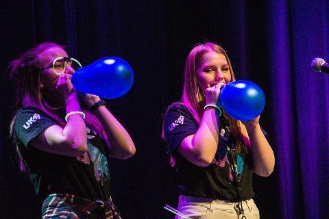 """KONFERANSIERER: Adina Marie Johannessen (17) og Mona Tollefsen Berg (16).  Jentene stilte også med innslaget """"Balloon ladies"""", for å vise at UKM er for alle - ikke bare de med spesielle talenter."""