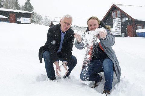 Hjelp: Reier André Sønju (t.h.) i Modum Skisenter ber ordfører Ståle Versland og Modum kommune om hjelp slik at de klarer å holde alpinbakken åpen tre dager i vinterferien. Foto: Boel Kristin Støvern