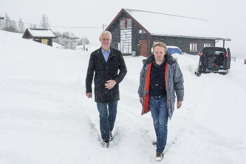 ÅPEN BAKKE: Med hjelp av ordfører Ståle Versland kan Reier André Sønju og de andre i Modum Skisenter holde åpent i vinterferien.