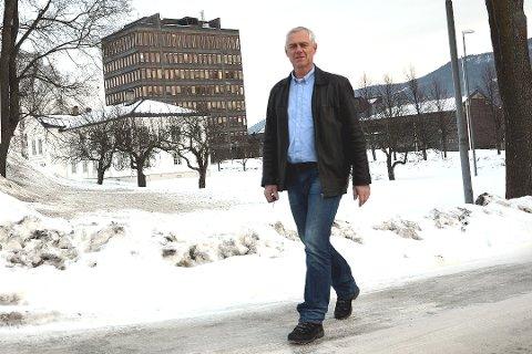 SKOLE: Ordfører Ståle Versland (Ap) mener skolebygg har en misjon og så ut over det å drive skole. Selv om han ikke utelukker at det kan bli endringer i skolestrukturen tviler han på at den blir så omfattende som konsulentrapporten anbefaler.