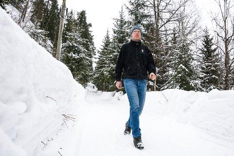 KUN FOR GÅENDE: Grunneier Ole Auen Wiger slår fast at det er vanskelig for barna å berge seg ut av veien når det er høye brøytekanter. Han er positiv til at gående, syklende, og kanskje til og med mopedister bruker den smale kulturveien - men ikke biler.