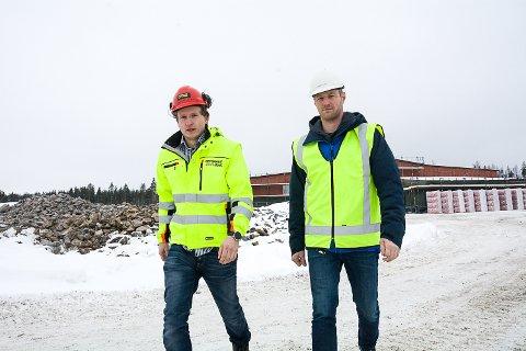 RESPEKTER SKILTINGEN:  Formann Jørgen Berg (t.v.) og prosjektleder Øyvind Brandtenborg oppfordrer folk til å respektere skiltene på Skredsvikmoen og ikke bevege seg rundt inne på anleggsområdet.