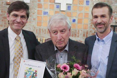 PRIS: Gunnar Hellerud flankert av Geir Holberg og Eirik Roness. FOTO: Helge Haavik