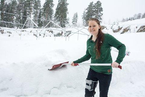 MÅ VENTE: Egentlig skulle det snart stått hagemøbler og jordsekker her, men foreløpig selger Mari Hoffart og resten av gjengen på Felleskjøpet flest snøskuffer.