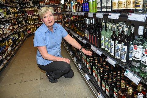 PEN ØKNING: Butikksjef Eva Tobiasson selger 700 liter sprit og vin denne uka enn i en vanlig uke.