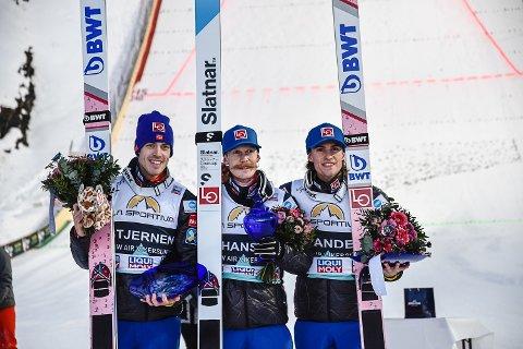 TAPETSERTE PALLEN: Robert Johansson vant søndagens renn i Vikersundbakken, mens Andreas Stjernen ble nummer to og Daniel Andre Tande tok tredjeplassen.