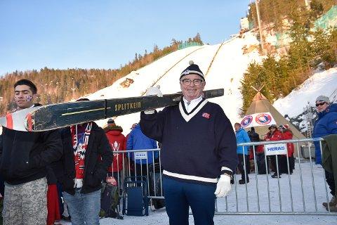 BLYTUNGE: - Jeg husket ikke at skiene var så tunge, sier Arne Refstad (77) om hoppskiene han brukte i Vikersundbakken i 1959.