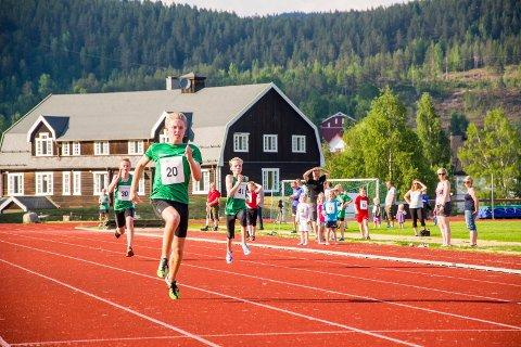 FLERE MESTERSKAP: Friidrettsbanen i Prestfoss blir arena for junior-NM 2019. Dette bildet er hentet fra et dirstriktstevne sommeren 2016.