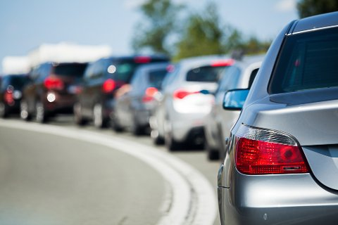 TA DET MED RO: Påskeutfart gir både køer og ulykker. På fredag er det lurt å være ekstra forsiktig i trafikken.
