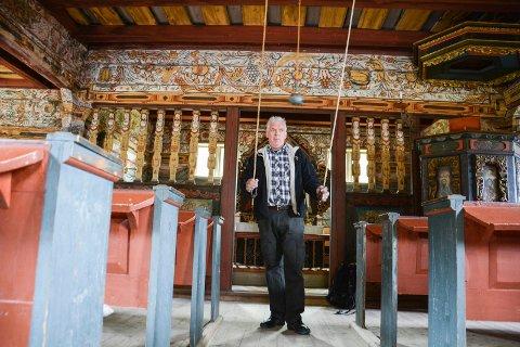 KLING NO KLOKKA: Kirkeklokkene betjenes fra kirkegulvet. Gudstjenestene i Vatnås er godt besøkt og trekke ropp statistikken. I gjennomsnitt er det rundt 80-100 personer her. Ved dåp er det gjerne fullt på benkene, som har plass til rundt 140 stykker.