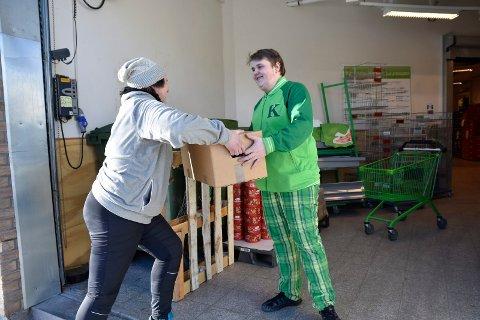 INN I BUTIKKEN: Markus Haare Børud får en eske med egg fra Berit Wiersdalen på den ukentlige utleveringen i Midtfylket.