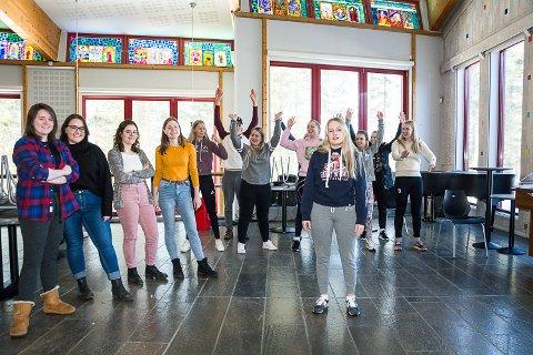 GIR ALT: Revysjefene Alexandra Lind (f.v.), Runa Kristiansen, Isabelle Crow og Henriette Nordheim har stor tro på at solist Julie Mykland