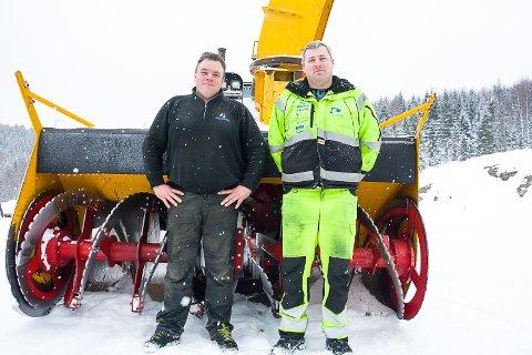 GROV REDSKAP: Denne fresen brukes bare ved ekstreme snømengder. Nå er den i aksjon i Vikersund Hoppsenter, med Ronny Grimnes (t.v.) ved spakene. Takket være denne «verstingen» kan Jon Børre Kristoffersen fornøyd slå fast at de har kontroll på snømengdene før Raw Air.