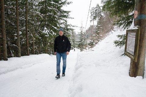 STENGES: Vikerbakken stenges for biltrafikk etter at Grunneier Ole Auen Wiger har hatt befaring sammen med kommunen.