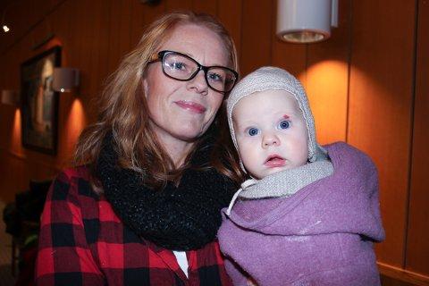 NYBAKT MOR: Trine Bye, med Ellinor Bye Strøm (4,5 månder), tok også ordet og protesterte mot den trenden at det skal være skam å amme offentlig.