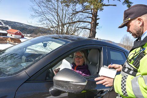 FIKK FARTSBOT: Liv Bryntesen fikk sin aller første fartsbot etter å ha kjørt for fort på riksvei 35 tirsdag ettermiddag. Boten ble skrevet ut av Jacob Sandnes i Utrykningspolitiet.
