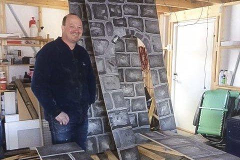 MYE JOBB: Vegard Søtvik har også laget alle kulissene.