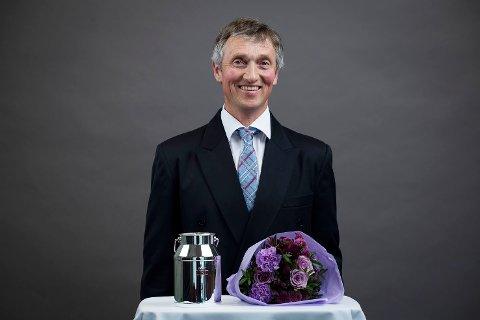 MJØLKESPANNET: Bjarne Johansen fra Simostranda fikk tildelt Mjølkespannet i sølv fra TINE mandag.