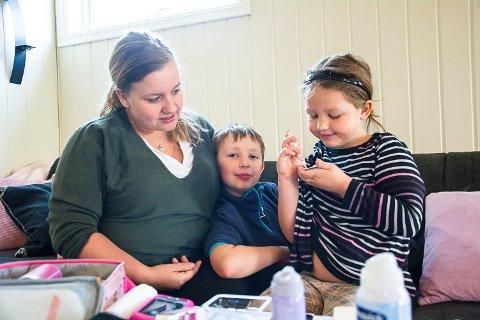 STARTER BARNEGRUPPE: Victoria Skille Tangen ønsker å starte opp en gruppe for barn og unge med diabetes. For Torunn-Marie (6) og storebror Daniel (9) er diabetes en del av hverdagen, og Torunn-Marie er blitt flink til å ordne opp med medisinen selv.