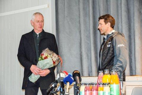 JAKTER GULL: Ole Einar har sikret gull, nå håper ordfører Ståle Versland (til v.) at mesteren tar med medaljesamlingen hjem til Simostranda.