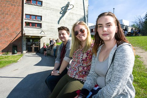 SORG OG GLEDE: Petter Hidalgo (t.v.), Kristina Ravnås og Lisa Rygh Røren på Rosthaug reagerte svært forskjellig da de fikk vite hvilket fag de skal avlegge skriftlig eksamen i om ei uke.