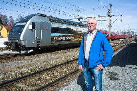 FULL STØTTE: Ordfører Ståle Versland kan notere at høringsforslaget om persontogtrafikk på Randsfjordbanen har full politisk støtte i Modum.