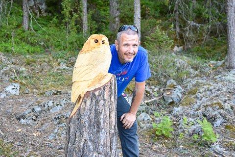 UGLA: Denne årvåkne fuglen sitter like nedenfor Gravfoss. – Jeg har med meg saga når jeg går tur, så tar jeg noen sveip på skulpturene nå og da, forteller Tommy Sandum.