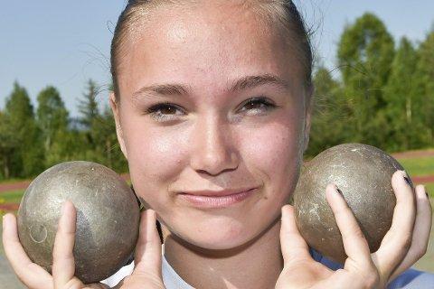 KAST ER TINGEN: Ruth Nilsen (14) fra Noresund bruker mye tid på friidrettsbanen – hvor hun deltar i fire tekniske øvelser.