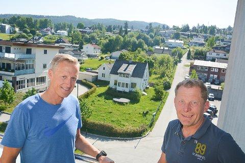 11 LEILIGHETER: Roger Johansen (t.v.) og Per Buxrud planlegger 11 leiligheter på eiendommen med det hvite huset i bakgrunen.